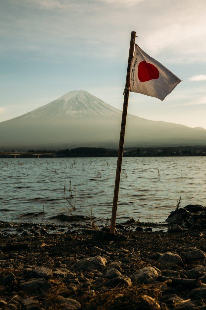 Japanse vlag bij Lake Kawaguchi, Mt. Fuji Japan Photo by Steven Diaz on Unsplash